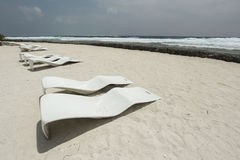 原始的海滩sunbeds 库存图片
