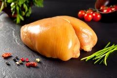 原始的肉 烹调的整个乳房鸡 鸟喂养了玉米黄色鸡 免版税库存图片