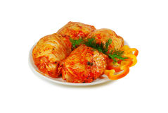 原始的肉 猪肉与sause的一片无骨的肉切片在盘被隔绝反对白色 免版税库存照片