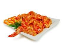 原始的肉 猪肉与sause的一片无骨的肉切片在盘被隔绝反对白色 库存图片
