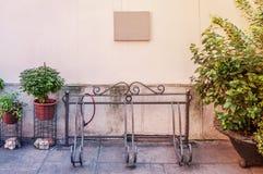 原始的自行车停车处在围场在城市在一个晴天 库存图片
