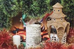 原始的陶瓷房屋涂料与釉、色的闪亮金属片、自创桦树烛台、蜡烛与诗歌选锥体和杉木骗局 免版税库存照片
