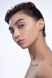 原始秀丽更好的转换女孩的质量 有新鲜的干净的皮肤的,美丽的面孔美丽的少妇 纯净的自然秀丽 理想的皮肤 在白色B 免版税库存照片
