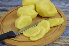 原始被剥皮的土豆 免版税库存照片