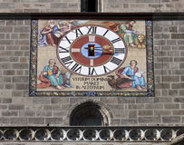 原始黑色brasov教会时钟的格式 免版税图库摄影