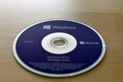 原始64位荷兰人Windows 10赞成的紫色DVD 免版税库存图片