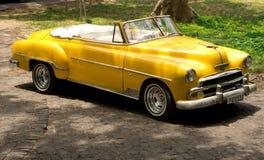 原始黄色1951年雪佛兰,哈瓦那,古巴 库存图片