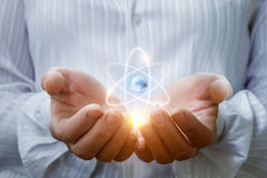 原子在手上 库存照片