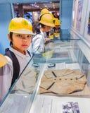 原子弹爆炸圆顶屋博物馆的日本学生 库存照片