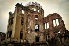 原子弹爆炸圆顶屋在一阴天 免版税库存照片