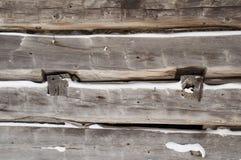 原木小屋中间锯了与雪的日志特写镜头 库存图片
