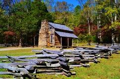 原木小屋和分裂栅栏 库存图片