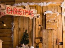 原木小屋圣诞节静物画与邮箱的 免版税库存图片