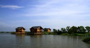 原木小屋在湖 库存照片