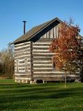 原木小屋在秋天 免版税库存照片