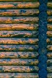 原木小屋或谷仓没有漆的登岸的墙壁织地不很细水平的背景与拷贝空间 库存照片