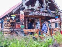 原木小屋礼物,旅游纪念品店在Whittier阿拉斯加,美国 库存照片