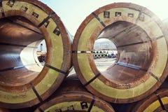 原材料处理:大存放里面仓库的大小钢卷 金属构造物质仓库,备件 免版税库存照片