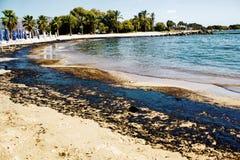 原油溢出纹理在沙子海滩从漏油事故,贴水Kosmas海湾,雅典,希腊, 2017年9月14日的 图库摄影