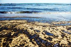 原油溢出纹理在沙子海滩从漏油事故,贴水Kosmas海湾,雅典,希腊, 2017年9月14日的 免版税库存照片
