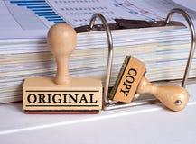 原物和拷贝-两张邮票在办公室 免版税库存照片