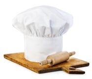 原物烹调有木辗压别针的盖帽在一个木切板 免版税库存图片