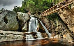 原野瀑布 库存图片
