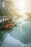 原野自然的湖 的Braies湖意大利白云岩 构成横向本质日出 背景 木的小屋 美好的夏天视图 库存照片