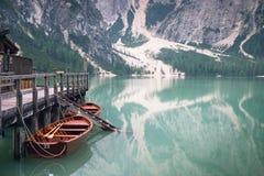 原野自然的湖 的Braies湖意大利白云岩 构成横向本质日出 背景 木的小屋 美好的夏天视图 免版税库存图片