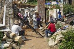 原阳,中国8月13日2013年:工作者修建房子 免版税库存图片