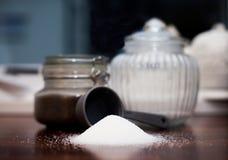 厨台用糖、杯子和瓶子 免版税库存图片