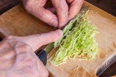 厨师、剁和切片圆白菜菜 免版税库存照片
