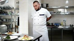 厨师为工作做准备,穿戴衣裳厨房围裙,形状厨师的厨师继续下去由专业餐馆厨房 影视素材