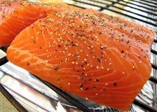 厨师以了子弹密击被准备好的三文鱼 免版税库存照片