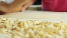 厨师传播的面团和烹调健康食品在厨房里 股票视频