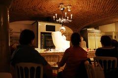 年轻厨师做一个苹果果馅奶酪卷显示 免版税库存照片