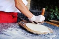 厨师做薄饼特写镜头的一个美好的基地 免版税图库摄影