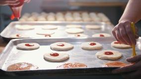 厨师准备一个微型薄饼,安置西红柿酱 股票录像