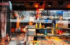 厨师准备了新鲜的可口土耳其食物, doner Kebab restaura 库存照片