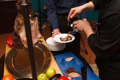 厨师准备从野公猪的肉盘 库存图片