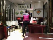 厨师准备在小餐馆的传统baozi 库存图片