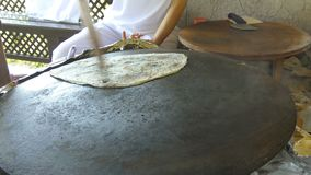 厨师准备在平底锅的小面包干 影视素材