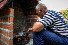 厨师准备在natur的食物 库存照片