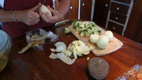 厨师准备的成份在橡皮防水布的比萨店, bequia 股票视频