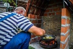 厨师准备食物本质上 免版税图库摄影