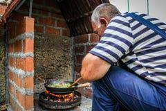 厨师准备食物本质上 图库摄影