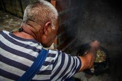 厨师准备食物本质上 免版税库存图片