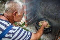 厨师准备食物本质上 库存照片
