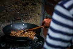 厨师准备食物本质上 免版税库存照片