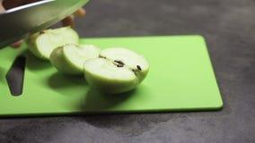 厨师切与刀子的苹果 影视素材
